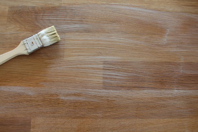 Aufgetragen hinterließ das Öl erst einen milchig-weißen Schleier auf dem Holz.
