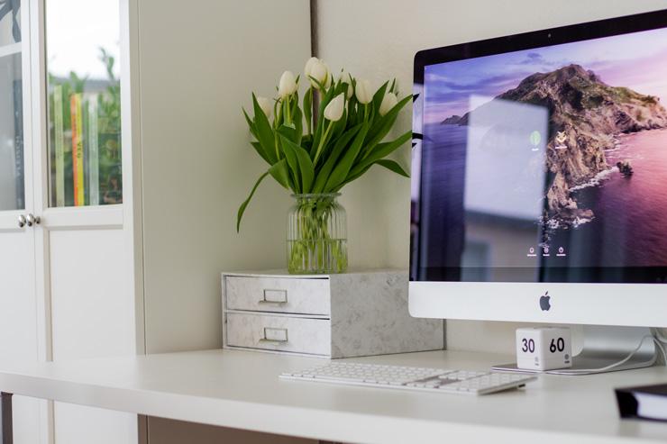 Schreibtisch mit Schreibtisch-Organiser Bild