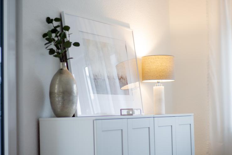 Sideboard mit Bild und Lampe Bild